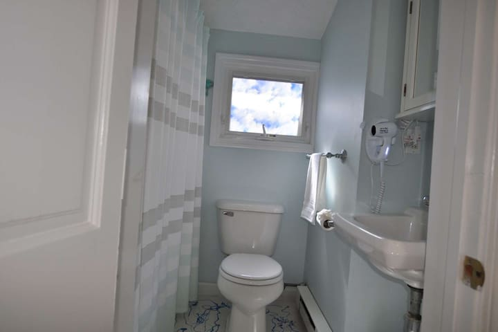 Full size tub and shower - clean off the sand and head out for dancing the night away!