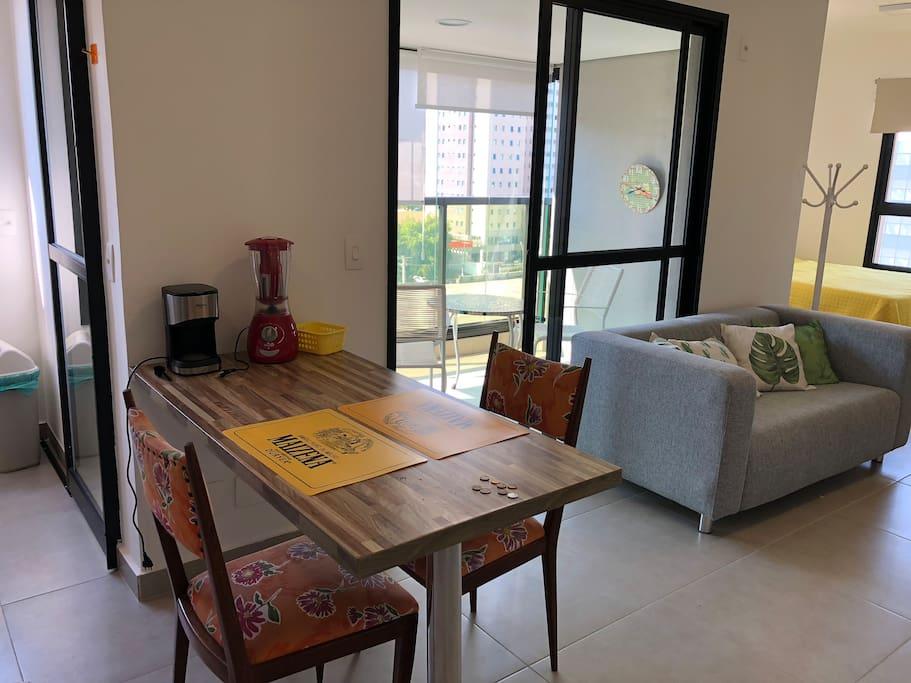 Vista mesa apoio e sofá