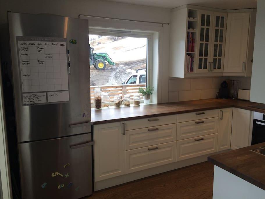 Kjøkken med STORT kjøleskap