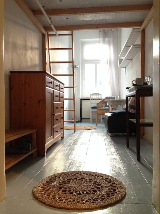 gemütliches Gästezimmer mit Hochbett, Schreibtisch, Sessel
