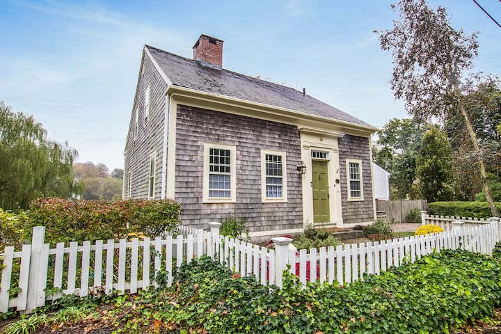 Quintessential Waterfront Cottage in Historic Area