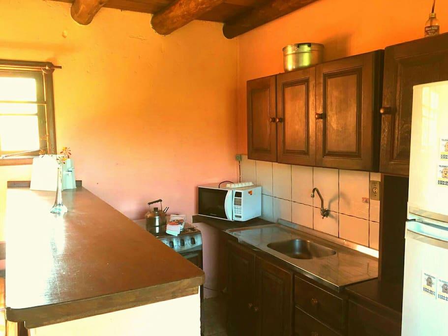 Cozinha equipada, área comum entre os hospedes.