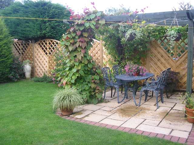 Double bedroom,  quiet village, edge of Cotswolds - Bredon - Casa