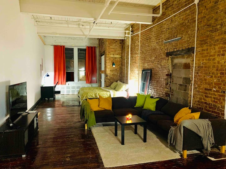 1800's warehouse loft. Plateau 1000 square feet
