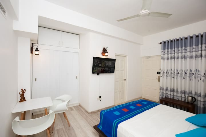 Luxury Hotel Room, Without the Luxury Price!
