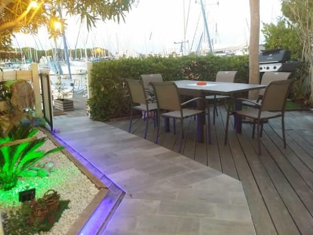 jardin avec accès ponton et son barbecue