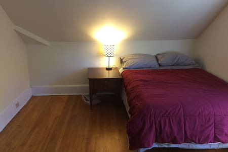 Clean private bedroom-downtown-quiet block - Burlington