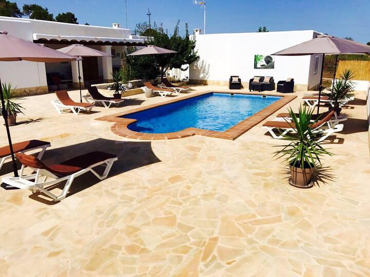 Casa con 4 stanze a Santa Eulalia del Río, con splendida vista sulle montagne, accesso alla piscina, giardino recintato - 3 km dalla spiaggia