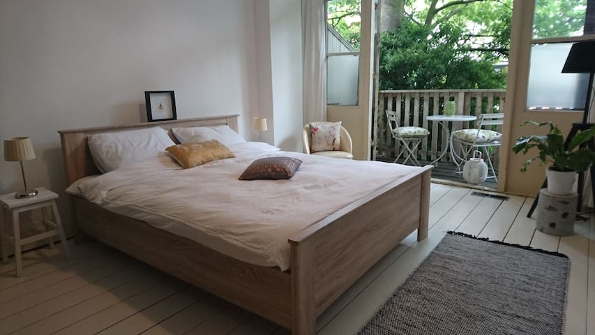 Lovely private room with balcony near city center
