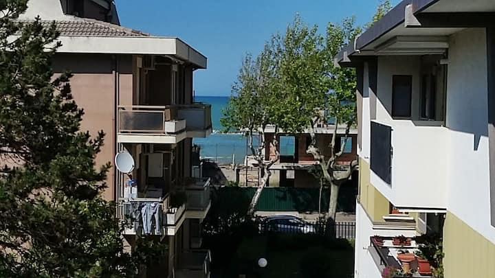 Vista mare, ampio, moderno con clima e parcheggio.
