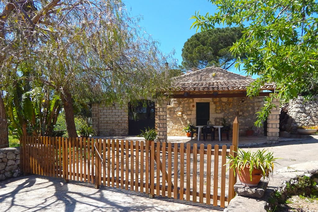 Casa vacanze en plein air vacation homes for rent in for Casa tradizionale siciliana