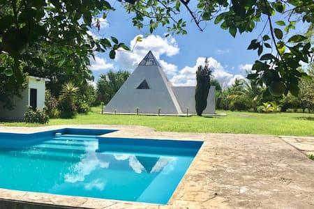 La Pirámide, casa de campo en la naturaleza.