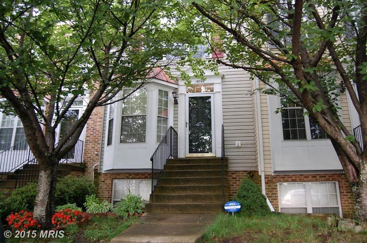 3br Townhouse in Montclair, Virginia - Montclair - Huis