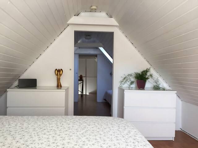 35 m2, 1. sal centralt i Nexø, egen indgang