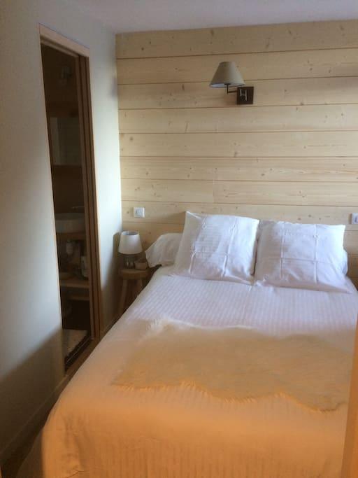 Chambre double avec sa salle de bains privative (porte coulissante à gauche)