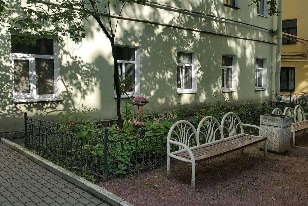 Тихий, живописный дворик.