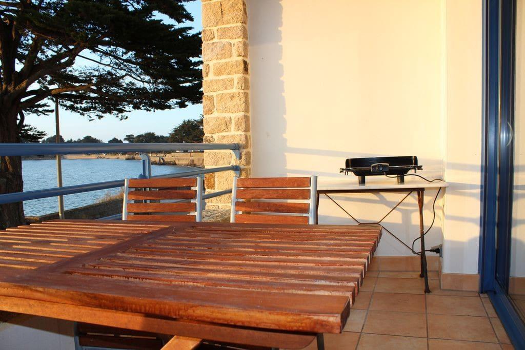 Loggia avec salon de jardin et barbecue électrique