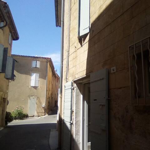 typique maison de village sur plusieurs niveaux