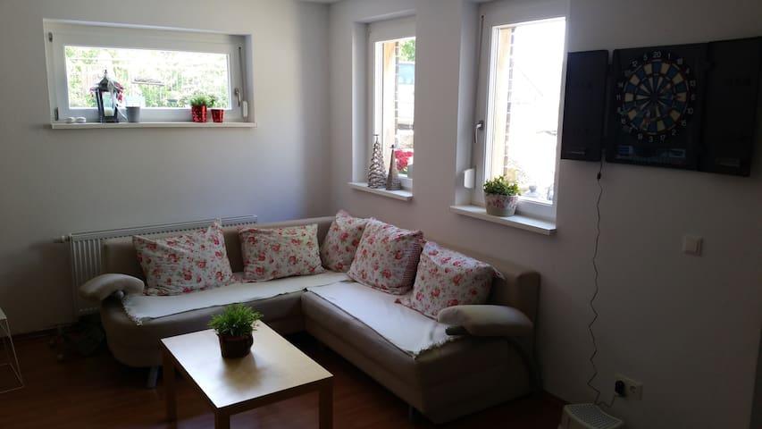 ruhige Einliegerwohnung, verkehrsgünstig gelegen - Werneck - Casa