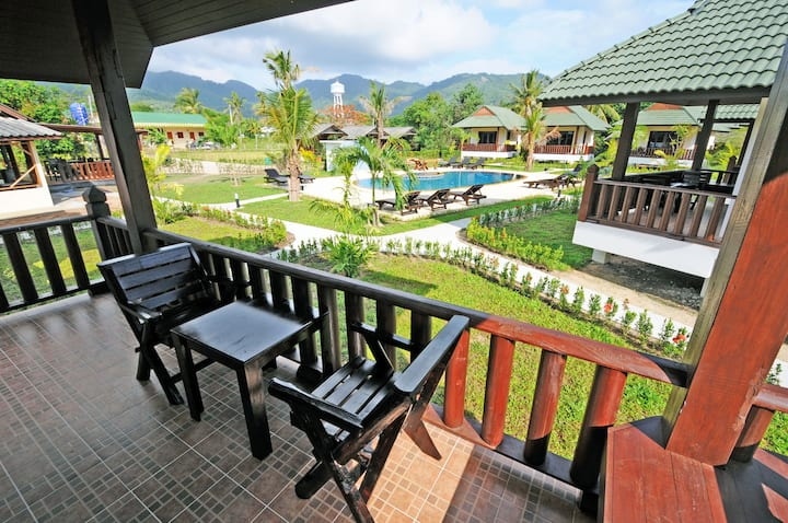 Deluxe Kingsize Bungalow with pool, 80m to beach!