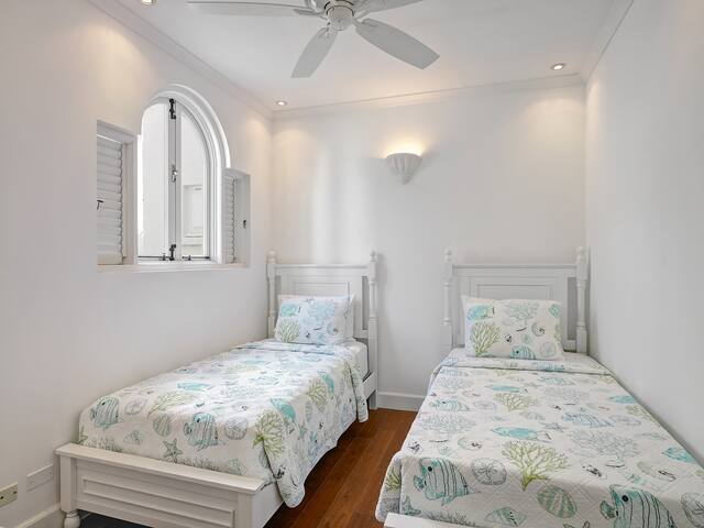 (In Ground Floor Apartment) Lower level bedroom with two single beds