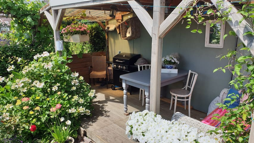 Modern bungalow w/garden A'dam area