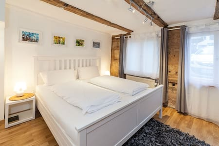 16 min fair centre-  WiFi - Comfort Bett - Coffee - Nürnberg - บ้าน