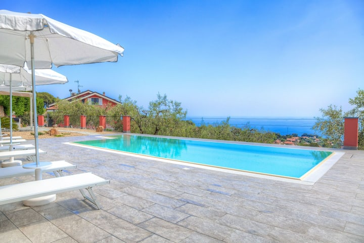 Apartment Attic - apartment for 6 people in villa with pool, garden and sea-view