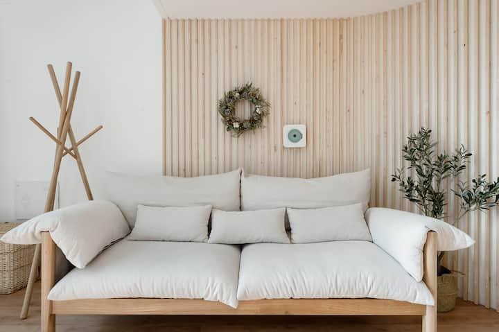 到纯白色的原木风复式公寓,来体验简约浪漫的生活