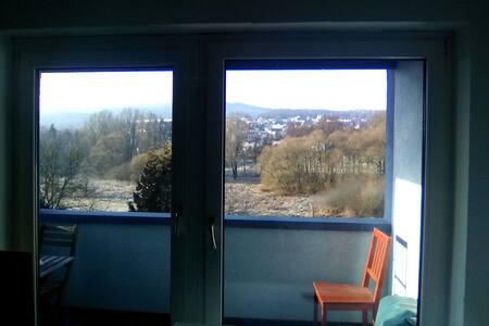 Schönes helles Zimmer mit Balkon! - Niedernhausen - Casa