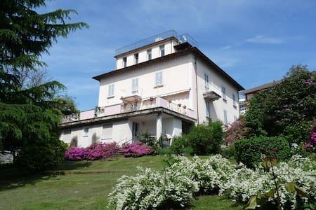 La mansarda con terrazzo panoramico - Miasino - Byt