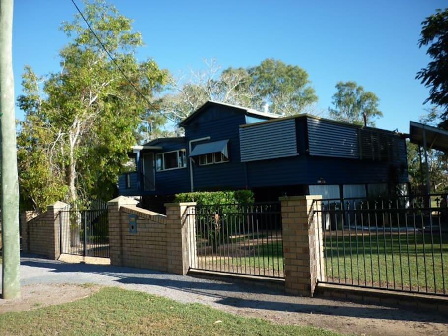 A comfortable classic gable queenslander houses for rent for Classic queenslander house