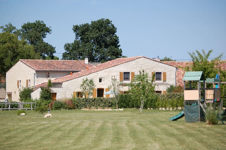 Rural gite with indoor pool, 20mins from the beach - Montpellier-de-Médillan - Haus