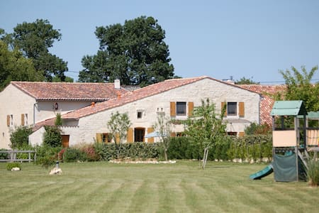 Rural gite with indoor pool, 20mins from the beach - Montpellier-de-Médillan - บ้าน