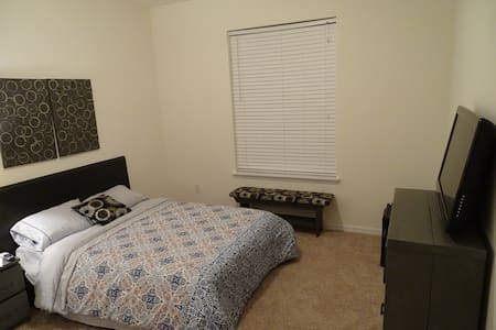 Full bed w/ private bath, mini-fridge, & TV - Riverview - Hus