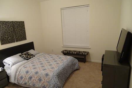 Full bed w/ private bath, mini-fridge, & TV - Riverview - Talo