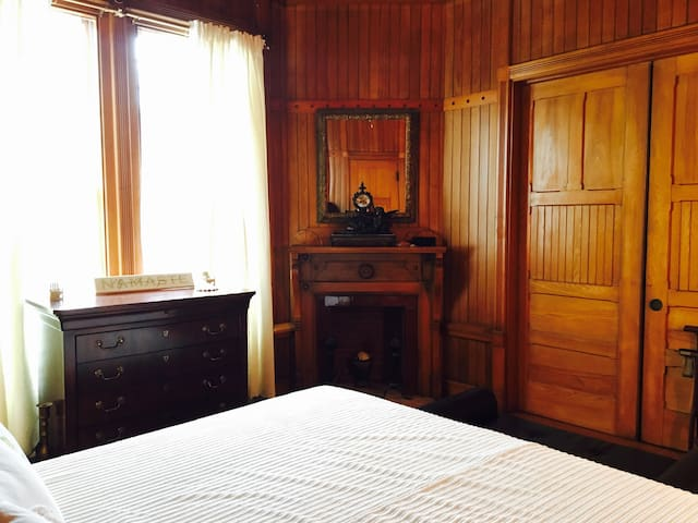 Brown Room in a historical beachfront house - Oak Bluffs - Rumah