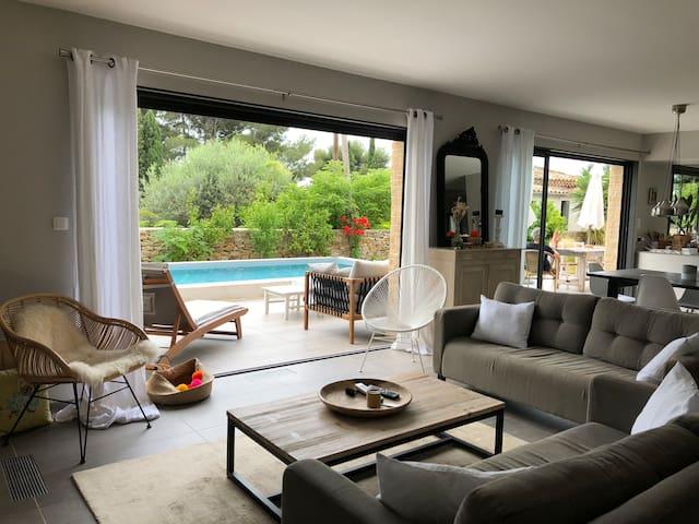 un vaste séjour ouvert sur la terrasse et la piscine