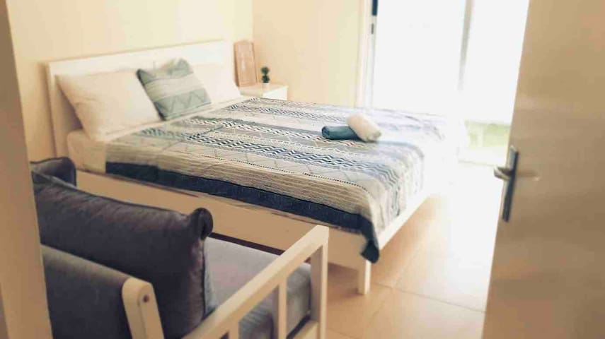 Direct at Coral Beach, AirCon, Sofa, WiFi, Towels
