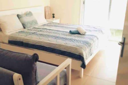 Direct at Coral Beach, AirCon, Sofa, WiFi, Towels