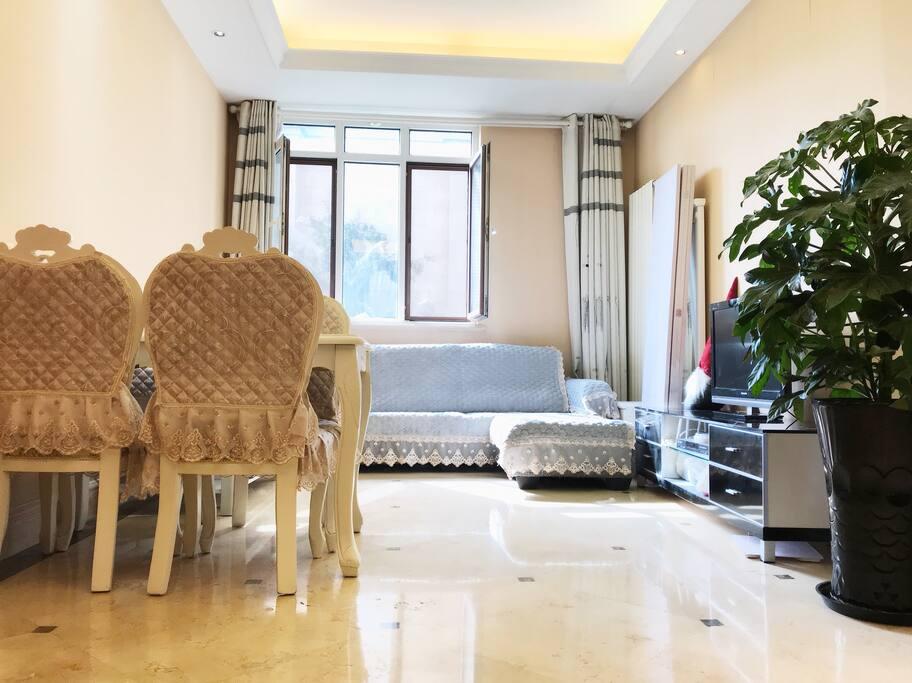 整套房子是二室二厅,精装修,简单奢华。