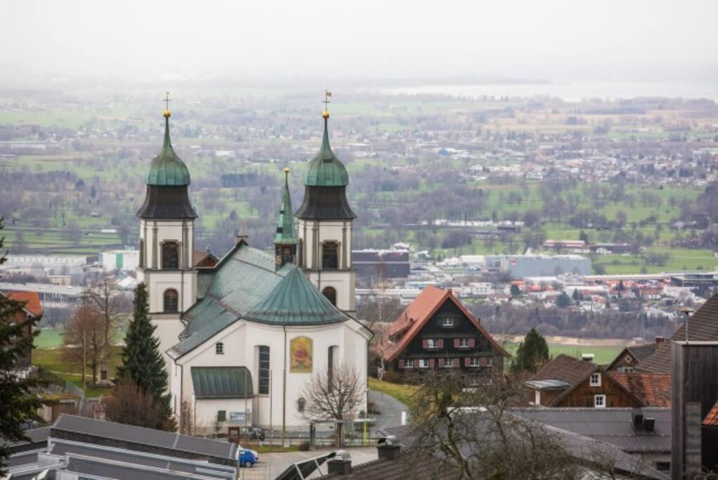 Blick auf s Haus und die Barockkirche Bildstein (das dunkle Haus rechts im Bild, mit dem roten Dach!)