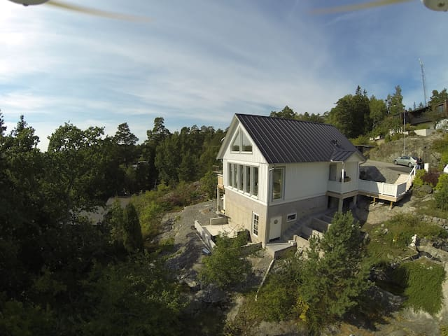 Villa Vista is overlooking beautiful Solsidan! - Saltsjöbaden - 別荘