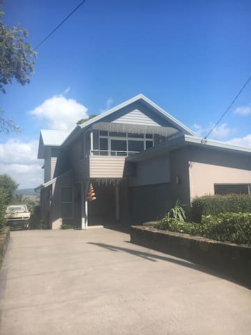 Large, modern house with amazing views. - Gerringong - Haus