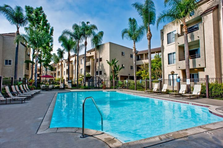 Centrally located with pool and spa! - San Diego - Apartment