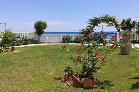 Apartment with 2 separate bedrooms, 30m from beach - Stegna - アパート