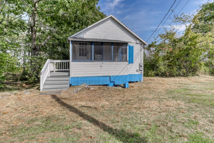 Rustic cottage w/ covered porch less than 2 blocks from the beach, 1 dog OK!