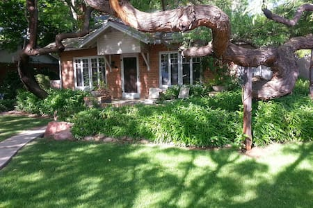 Lovely Room in Historic Home, Walk to Downtown/ASU - Tempe
