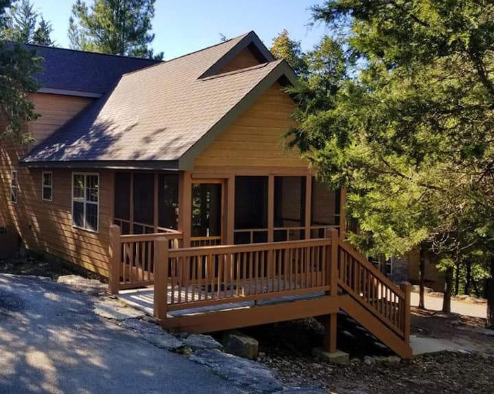 Cozy Lodge with private hot tub in gated golf resort near Silver Dollar City