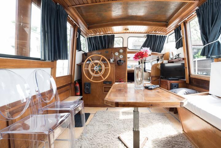 Artemis; basic charming houseboat 10 min center